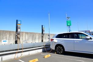 充電中の電気自動車の写真素材 [FYI01662622]