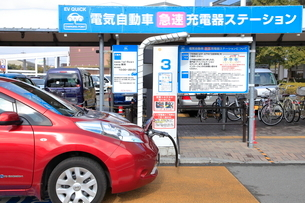 充電中の電気自動車の写真素材 [FYI01662938]