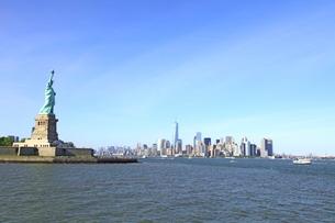 自由の女神とマンハッタンの写真素材 [FYI01662997]