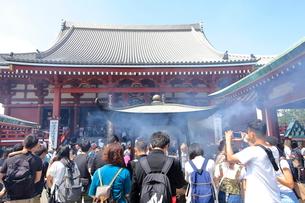 浅草寺本堂でお祈りする外国人観光客の写真素材 [FYI01663022]