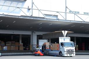 物流センターの大型トラックの写真素材 [FYI01663260]