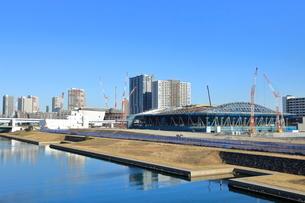 建設中の有明体操競技場(右)と有明アリーナの写真素材 [FYI01663347]