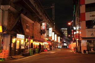 ガード下の飲食店 有楽町の写真素材 [FYI01663418]