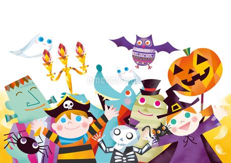 ハロウィンのパレードをするお化けと仮装する子供たちのイラスト素材 [FYI01663855]