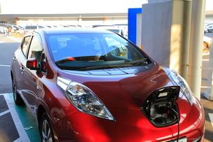充電中の電気自動車の写真素材 [FYI01664004]