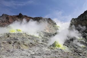 北海道 モクモクと煙が立ち上る硫黄山の写真素材 [FYI01664068]