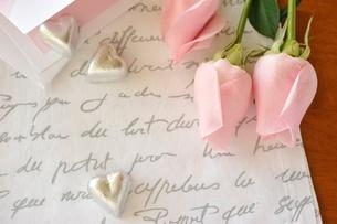 ピンクのバラとハート型チョコレートの写真素材 [FYI01664167]