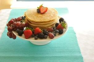 ベリー類とパンケーキの写真素材 [FYI01664179]