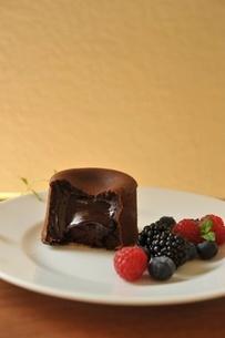 チョコレートケーキとベリー類の写真素材 [FYI01664185]