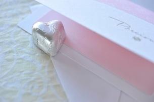 ハート型チョコレートとピンクのカードの写真素材 [FYI01664201]