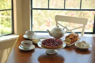 テーブル上のラズベリータルトとティーセットの写真素材 [FYI01664205]