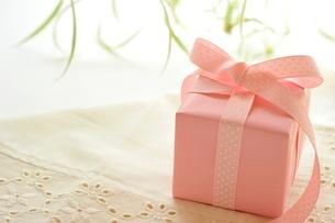ピンクのギフトボックスの写真素材 [FYI01664249]