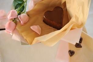 ハート型チョコレートケーキとバラの写真素材 [FYI01664251]