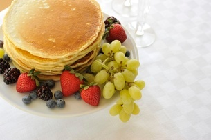 ベリー類とパンケーキの写真素材 [FYI01664288]