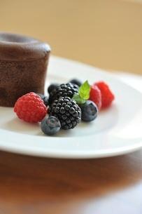 チョコレートケーキとベリー類の写真素材 [FYI01664308]