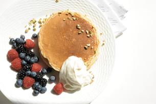 ラズベリーとブラックベリーが添えられたホットケーキの写真素材 [FYI01664310]