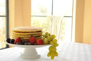ベリー類とパンケーキの写真素材 [FYI01664383]