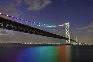 虹色にライトアップされた明石海峡大橋の写真素材 [FYI01664410]