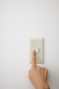 スイッチと手の写真素材 [FYI01664448]