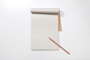 白紙のノートと鉛筆の写真素材 [FYI01664544]