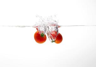 水中に落下するトマトの写真素材 [FYI01664577]