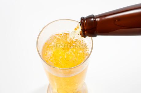 グラスに注がれるビールの写真素材 [FYI01664619]