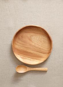 木の皿とスプーンの写真素材 [FYI01664760]