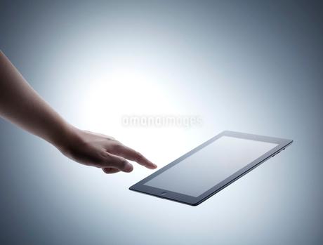 手とタブレットの写真素材 [FYI01664769]