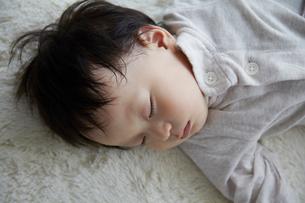 子供の寝顔の写真素材 [FYI01664784]