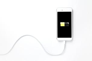 充電中のスマートフォンの写真素材 [FYI01664827]