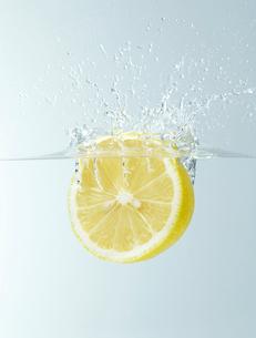 レモンと水しぶきの写真素材 [FYI01664837]
