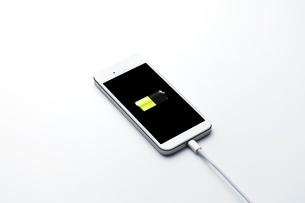 充電中のスマートフォンの写真素材 [FYI01664861]