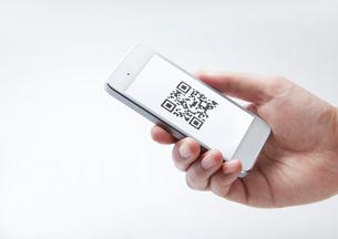 QRコードを読み取るスマートフォンの写真素材 [FYI01664882]