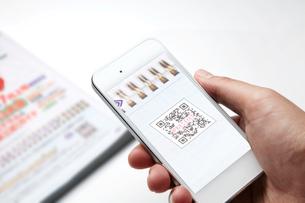 QRコードを読み取るスマートフォンの写真素材 [FYI01664999]