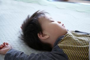 子供の寝顔の写真素材 [FYI01665004]