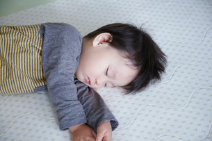子供の寝顔の写真素材 [FYI01665124]