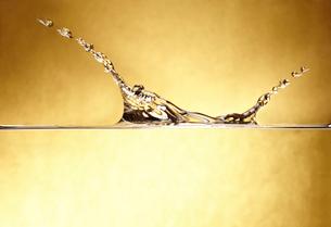 金の背景と水のしぶきの写真素材 [FYI01665132]