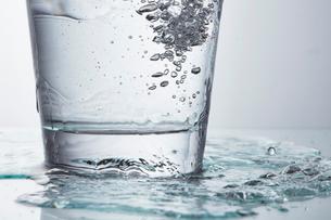 グラス 水の写真素材 [FYI01665436]