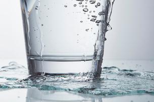 グラス 水の写真素材 [FYI01665469]