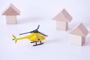 積み木の家に救助に向かう黄色のレスキューのヘリコプターの写真素材 [FYI01665789]