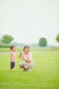 シャボン玉で遊ぶ孫とおばあちゃんの写真素材 [FYI01665823]