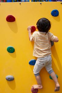 アスレチックの壁を登る子供の写真素材 [FYI01665896]