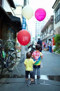 下町の夏祭りで風船を持つ子供の写真素材 [FYI01665902]