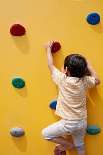 アスレチックの壁を登る子供の写真素材 [FYI01665912]