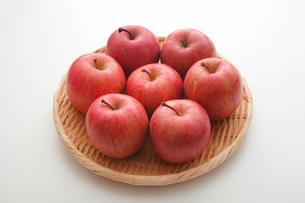 ざるに盛られたりんごの写真素材 [FYI01666041]
