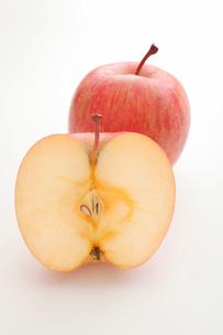 半分に切られたりんごの写真素材 [FYI01666049]