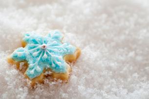 雪の結晶のアイシングクッキーの写真素材 [FYI01666116]