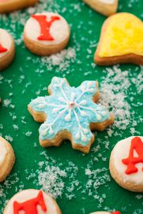 雪の結晶のアイシングクッキーの写真素材 [FYI01666137]