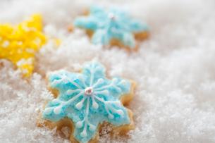 雪の結晶のアイシングクッキーの写真素材 [FYI01666142]