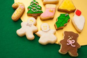 クリスマスのモチーフのアイシングクッキーの写真素材 [FYI01666143]